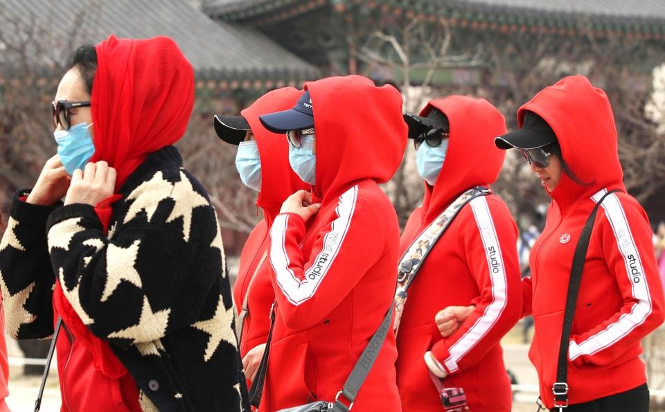 서울에 초미세먼지주의보가 발령된 27일 서울 종로구 경복궁을 방문한 관광객들이 미세먼지마스크를 쓰고 있다.