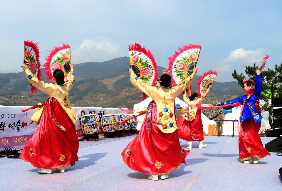 전남 광양 매화축제장에서 부채춤 공연 중인 광양국악협회 공연단