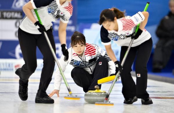 세계컬링연맹은 한국 여자 컬링팀 선수들이 65.907점으로 세계 랭킹에서 2위를 차지했다. ⓒ뉴시스·여성신문