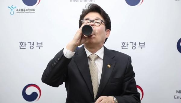 조명래 환경부 장관이 '수돗물 텀블러 사용, 나부터 합니다' 릴레이 캠페인에 28일 참여했다. ⓒ뉴시스·여성신문