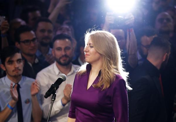 30일 치러진 슬로바키아 대선 결선투표에서 슬로바키아 첫 여성 대통령으로 당선된 환경운동가 주사나 카푸토바(45)가 이날 지지자들에 둘러싸인 가운데 언론에 연설하고 있다. 그녀는 95% 집계가 완료된 가운데 58%를 득표해 42%에 그친 마로스 세프코비치 유럽연합(EU) 집행위원회 부위원장을 제치고 당선을 확정했다.