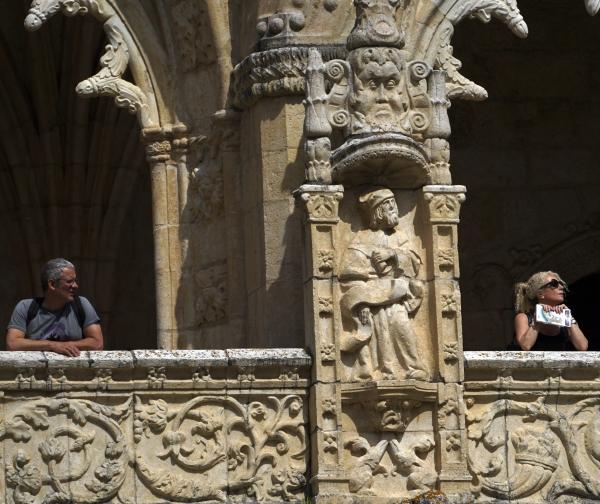 제로니모스 수도원 회랑에서 햇살을 받고 있는 남녀. 사진_조현주