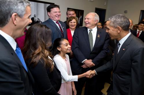 버락 오바마 前 미국 대통령과 당당하게 바로 서서 악수하고 있는 어린이