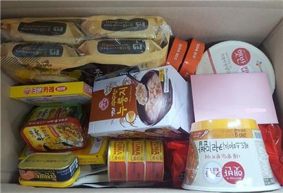 홍제1동 마봄협의체가 생일을 맞은 저소득 청장년 1인 가구에 선물하기 위해 박스에 담은 혼밥세트 ⓒ서대문구