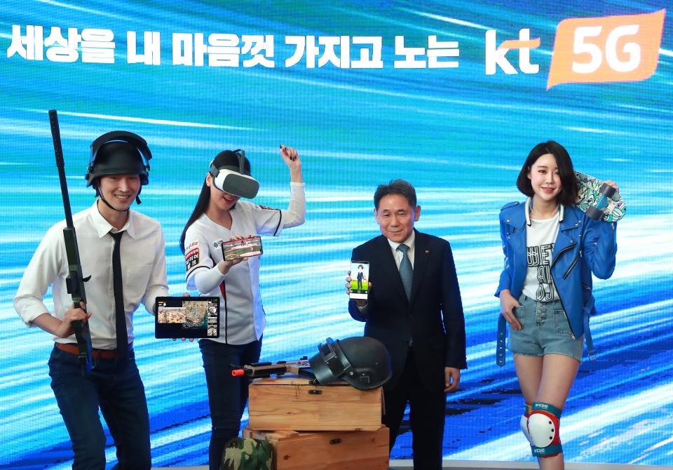2일 서울 광화문 광화문 사옥 KT 5G 서비스 및 콘텐츠 기자간담회가 열려 이필재 부사장과 모델들이 5G 콘텐츠를 소개하고 있다. ⓒ이정실 여성신문 사진기자