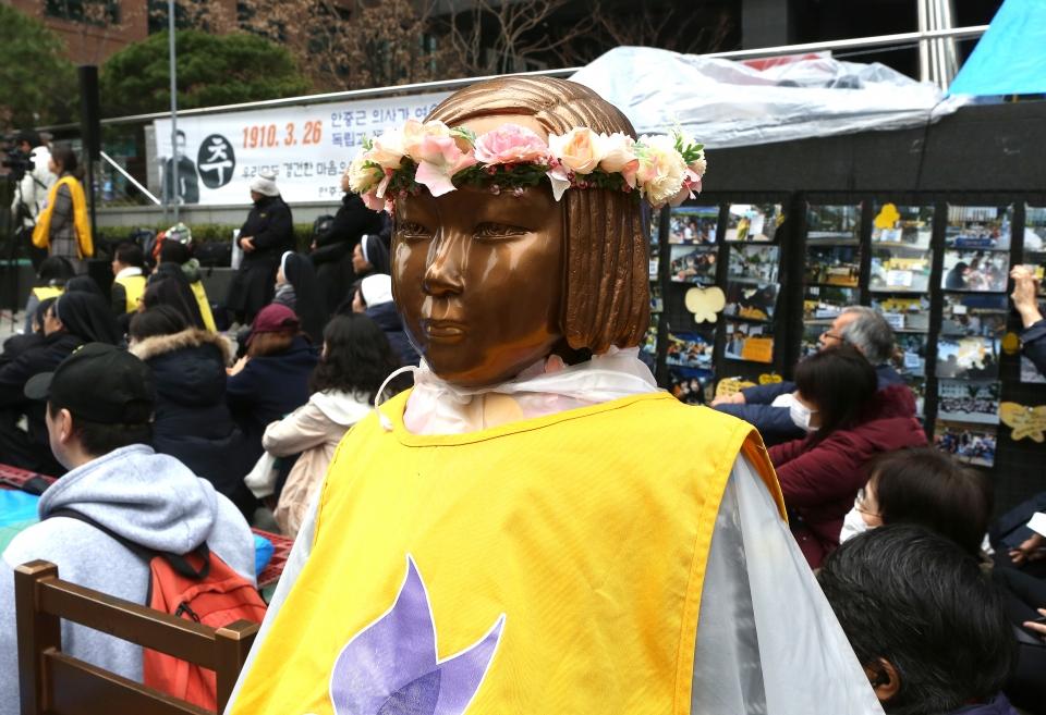 20일 서울 종로구 일본대사관 앞에서 제1379차 일본군성노예제 문제해결을 위한 정기 수요시위가 열리는 가운데 봄을 맞아 소녀상이 화관을 쓰고 있다. ⓒ이정실 여성신문 사진기자