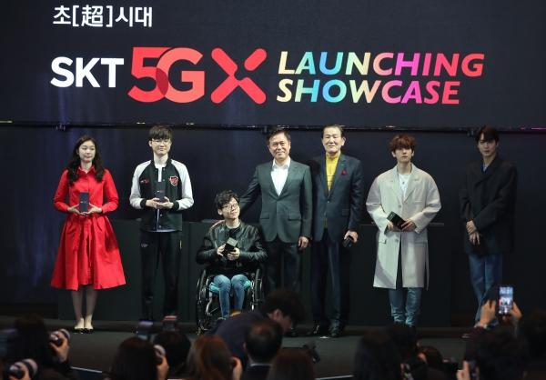 SKT는 3일 세계 최초 5GX 상용화 선언식을 개최했다. 홍보모델 김연아(왼쪽부터), 프로게이머 페이커, 수영선수 윤성혁 씨, 박정호 CEO, 최장기 고객 박재원 씨, 가수 엑소 백현, 카이. ⓒ뉴시스·여성신문