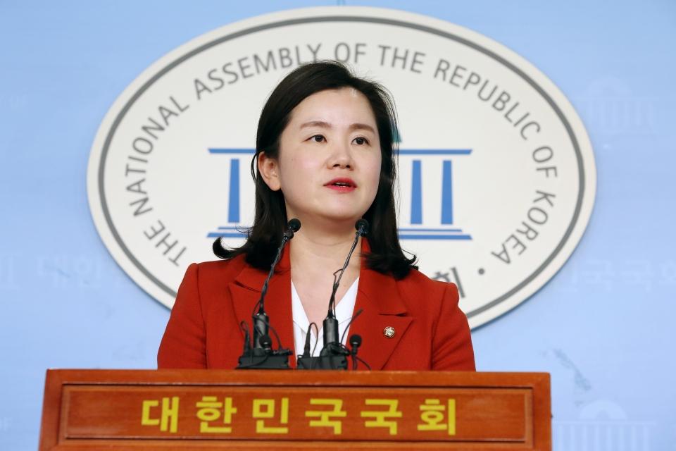 신보라 자유한국당 의원이 4일 서울 여의도 국회 정론관에서 '본회의 아기동반 출석 불허'에 대한 유감의 입장을 밝히는 기자회견을 열었다.