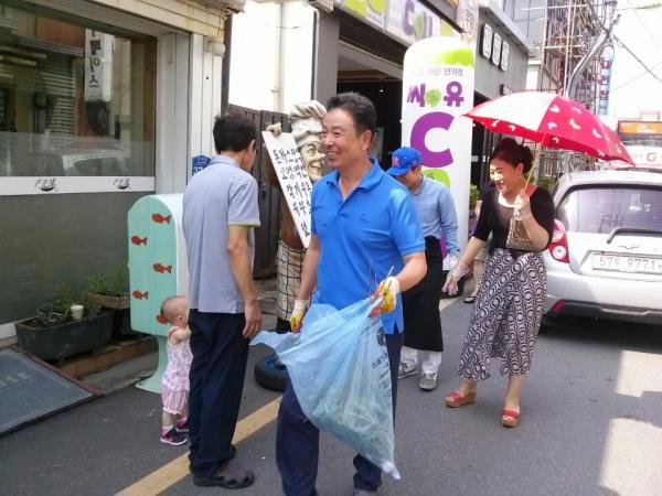 매주 수요일 오후 3시가 되면 주민 모두가 모여 거리 청소를 한다. ⓒ우체통거리 운영위원회