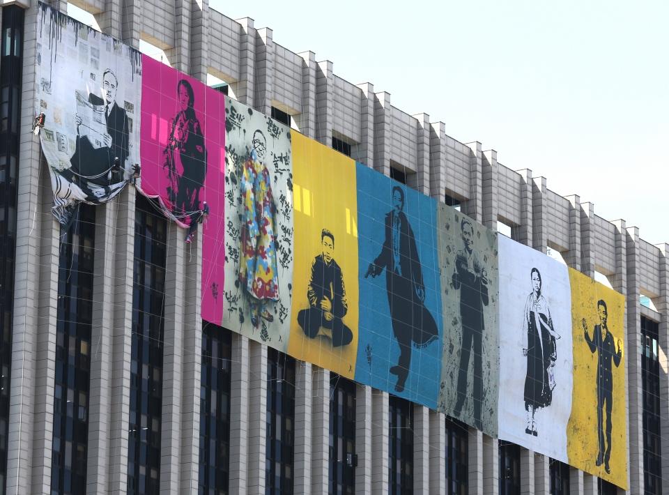 대한민국 임시정부 수립 기념일을 사흘 앞둔 8일 서울 광화문 정부청사 외벽에 독립운동가들의 그림을 거는 작업이 진행 중이다.