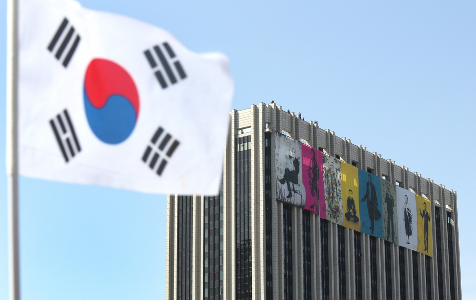 대한민국 임시정부 수립 기념일을 사흘 앞둔 8일 서울 광화문 정부청사 외벽에 독립운동가들의 그림이 걸려 있다.