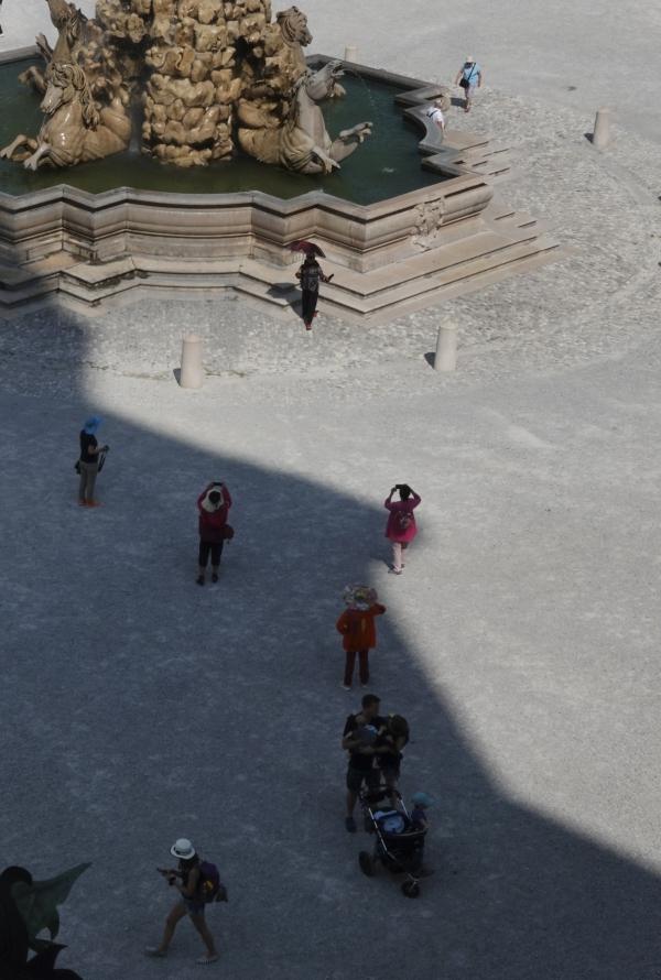 레지던스 광장 분수대에 생긴 빛의 경계. 사진_조현주