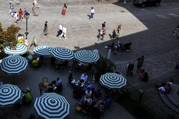 레지던스 광장 카페 파라솔과 활보하는 사람들. 사진_조현주