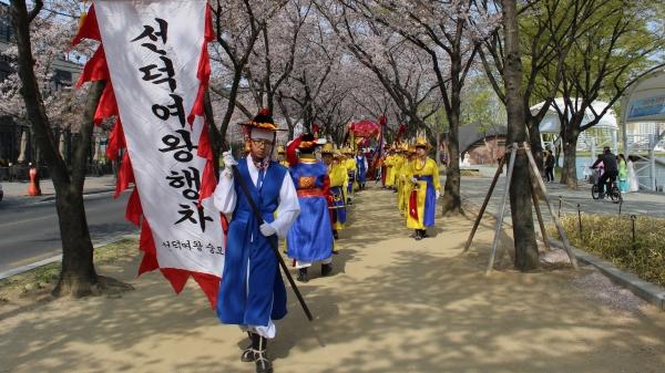 '제33회 선덕여왕 숭모문화대축제'가 대구시 수성못 일대애서 열렸다. 축제 식전행사로 여왕의 행렬을 재현한 '여왕 어가행차'가 이어지고 있다. 