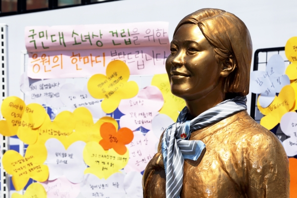 서울 성북구 국민대학교 정문 앞에 평화의소녀상이 놓여 있다. 이날 국민대 소녀상 건립추진위원회 '세움'은 소녀상 건립을 반대하는 학교본부에 건립을 촉구했다. ⓒ뉴시스·여성신문