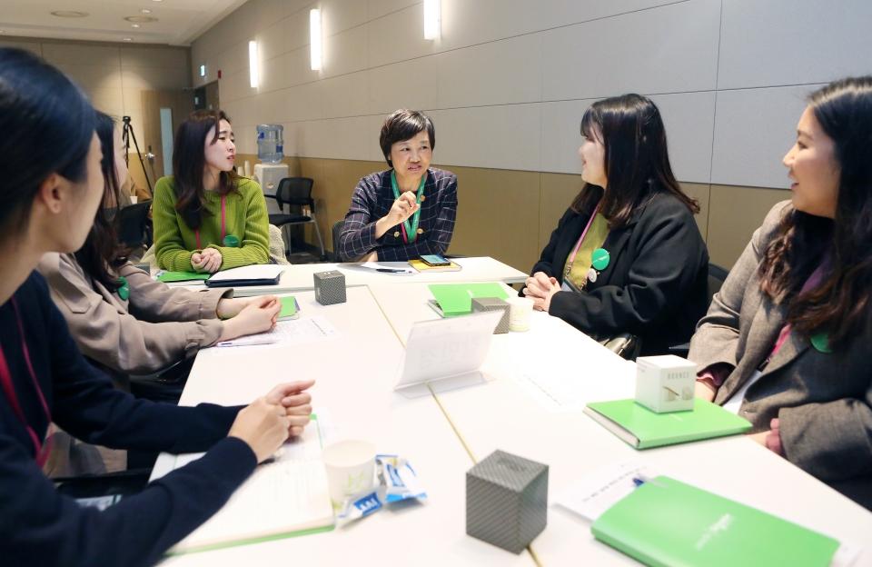 9일 서울 마포구 상암동 슈나이더 일렉트릭 본사에서 열린 '글로벌 멘토링 프로그램' 발대식에서 처음 만나는 멘토-멘티들간의 인사시간이 마련됐다. ⓒ이정실 여성신문 사진기자