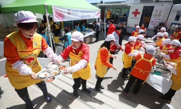 강원 고성·속초·강릉 지역 화재발생 나흘째인 7일 화재 피해를 입은 강원 속초시 장천마을에서 대한적십자사 봉사자들이 배식 봉사를 지원했다.