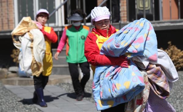 강원 고성·속초·강릉 지역 화재발생 나흘째인 7일 화재 피해를 입은 속초시 장천마을에서 봉사자들이 급식 봉사, 빨래 봉사 등의 활동으로 이재민들을 위로했다.
