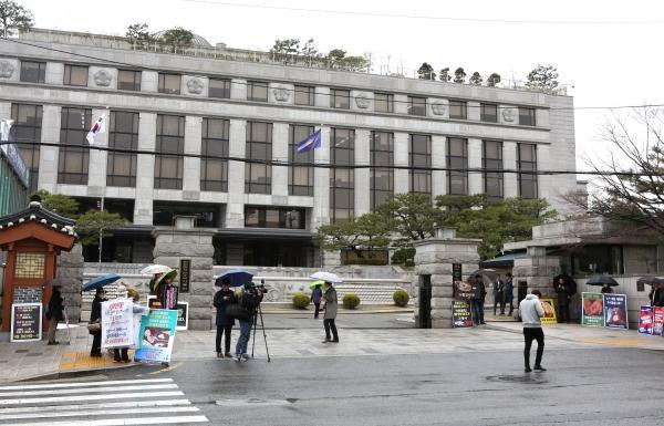 헌법재판소의 '낙태죄' 위헌 여부 선고가 오는 11일로 예정된 가운데 10일 서울 종로구 헌법재판소 앞에서 '낙태죄' 폐지 찬성‧반대 1인 시위가 진행되고 있다.