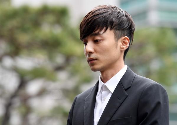 """'정준영 카톡방'에서 음란물을 유포한 혐의를 받는 가수 로이킴(26·본명 김상우)이 10일 피의자 신분으로 경찰에 출석했다. 그는 """"성실히 조사 받겠다""""고 전했다. ⓒ뉴시스·여성신문"""