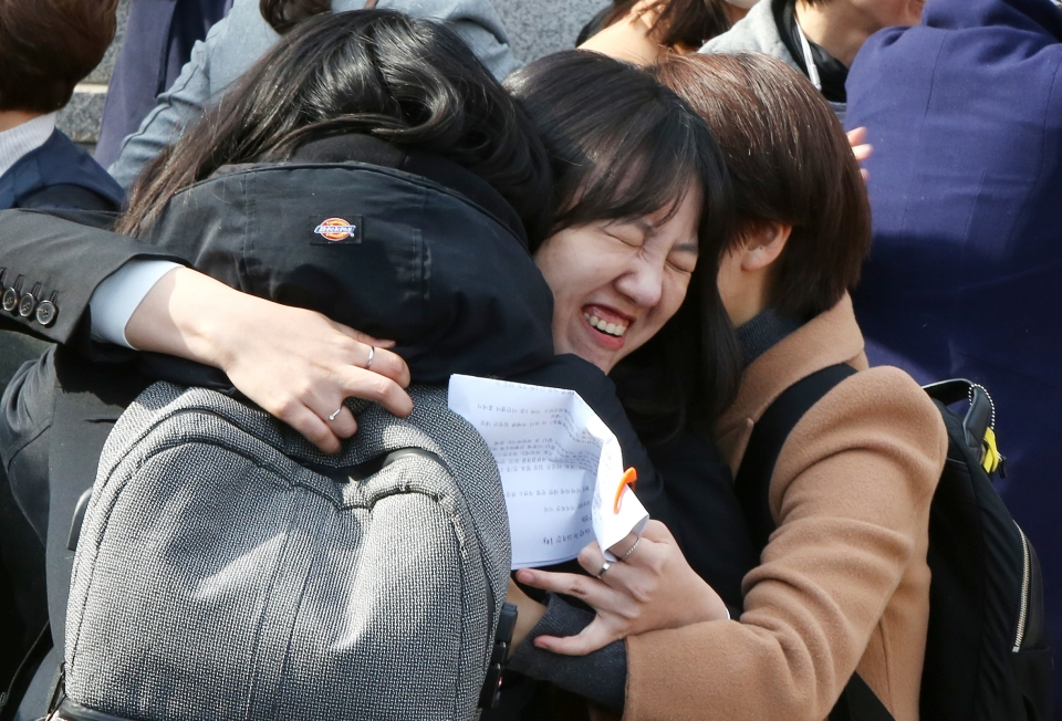 11일 서울 종로구 헌법재판소 앞에서 재판부의 '낙태죄' 헌법불합치 판결이 내려지자 모두를위한낙태죄폐지공동행동 등 여성.시민단체 회원들이 포옹하며 기뻐하고 있다.