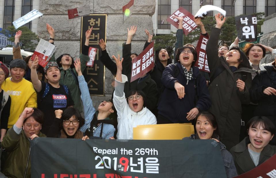 11일 서울 종로구 헌법재판소 앞에서 재판부의 '낙태죄' 헌법불합치 판결이 내려지자 한국여성민우회 회원들이 환호하고 있다.