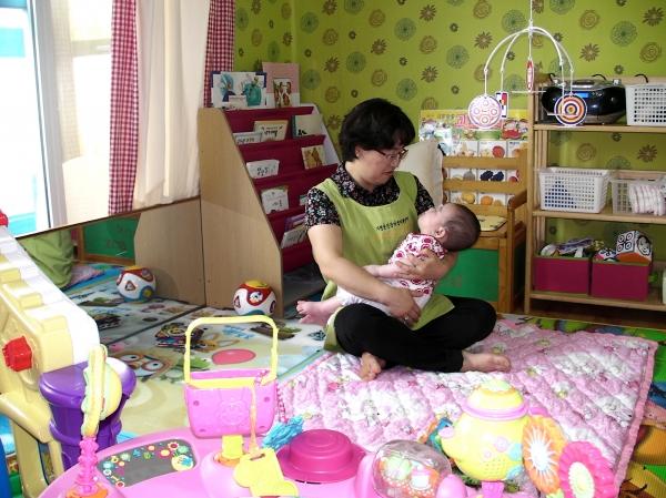 아이돌보미가 아이를 돌보고 있다. 기사와 관계없는 사진. ⓒ뉴시스.여성신문