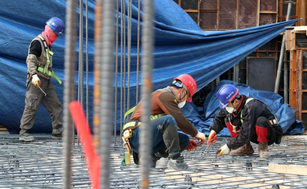건설현장 노동자들. 관계없는 사진 ⓒ뉴시스.여성신문