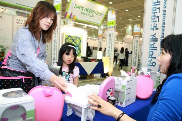 대한민국여성발명박람회에서 여성 기업인들은 여성의 감수성과 생활 속 아이디어가 돋보이는 상품들을 선보였다. ⓒ여성신문DB