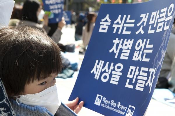 인터넷 카페 '미세먼지 대책을 촉구합니다' 회원들이 15일 서울 광화문 광장에서 '미세먼지 대책 촉구 8차 집회'를 열어 어린이들이 부모님과 함께 참가했다.