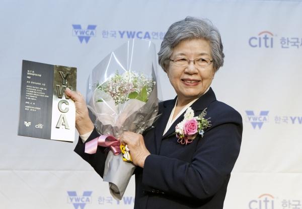 조형 한국여성재단 고문이 16일 서울 명동 전국은행연합회관에서 열린 '제17회 한국여성지도자상 시상식'에서 대상을 수상했다.