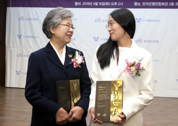 16일 서울 명동 전국은행연합회관에서 열린 '제17회 한국여성지도자상 시상식'에서 대상을 수상한 조형 한국여성재단 고문과 젊은지도자상을 수상한 장혜영 다큐멘터리 감독이 인사를 나누고 있다.