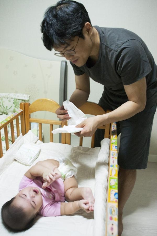 육아휴직 중인 아빠가 아이의 기저귀를 갈고 있다. ⓒ이정실 여성신문 사진기자