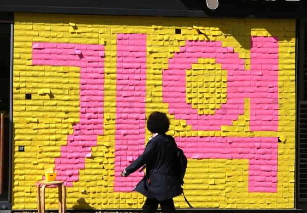 세월호 참사 5주기를 앞둔 지난 8일 서울 종로구 참여연대 외벽에 설치된 '기억의 벽'을 지나가는 시민들이 바라보고 있다. ⓒ이정실 여성신문 사진기자