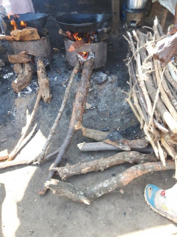 케냐 나이로비 거리에서 나무를 때며 음식을 파는 모습. @최형미
