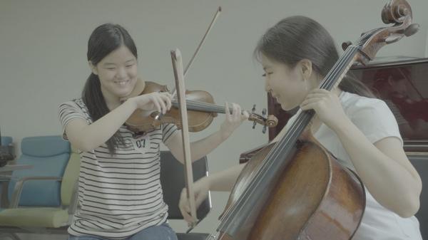 바이올리니스트 김수진(왼쪽)과 첼리스트 김민주는 가장 친한 사이다. ⓒ롯데엔터테인먼트