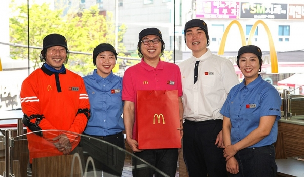 맥도날드 울산 달동점 직원들이 이장훈 크루(중앙)와 함께 기념 사진을 촬영하고 있다. ⓒ맥도날드