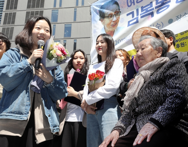 일본군'위안부' 피해자 길원옥 할머니가 17일 서울 종로구 주한 일본대사관 앞에서 열린 '제1383차 일본군성노예제문제해결을 위한 정기 수요시위'에서 시민사회단체 활동가 대학생 자녀들에게 '김복동 장학금'을 전달했다.