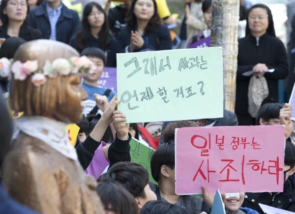 17일 서울 종로구 주한 일본대사관 앞에서 열린 제1383차 일본군성노예제문제해결을 위한 정기 수요시위에 참석한 어린이들이 일본의 사죄를 요구하는 피켓을 들고 있다.