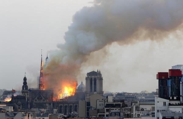 15일(현지시간) 프랑스 파리의 노트르담 대성당에 불이나 화염과 연기가 솟아오르고 있다. 2019.04.16. ⓒAP뉴시스·여성신문