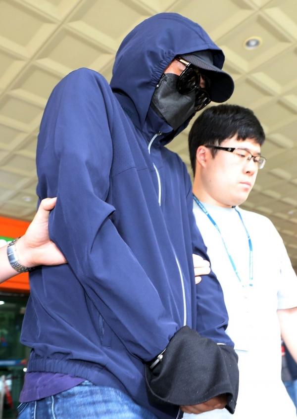 양예원 노출사진 최초 유포 혐의를 받고 있는 최모 씨가 지난해 7월 2일 오전 서울 마포구 서울서부지방법원에서 영장실질심사를 마치고 호송차로 향하고 있다. ⓒ뉴시스·여성신문
