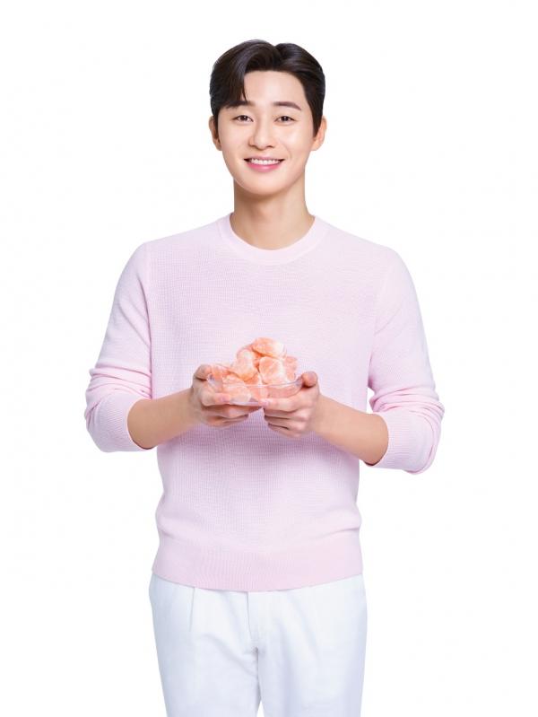 LG생활건강의 오랄케어 브랜드 모델로 선정된 배우 박서준이 히말라야 핑크솔트 암염을 들고 있다. ⓒLG생활건강