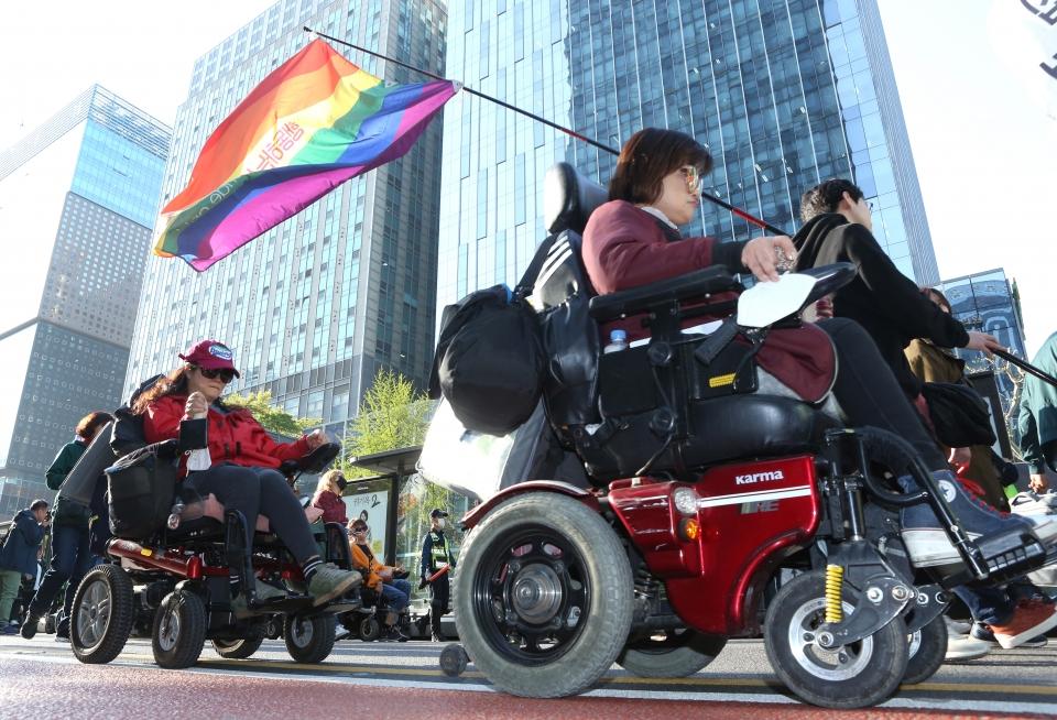 '장애인의 날'을 앞둔 19일 서울 광화문 사거리에서 전국장애인차별철폐연대 회원들이 '2019 420장애인차별철폐투쟁' 집회 후 행진을 하고 있다.