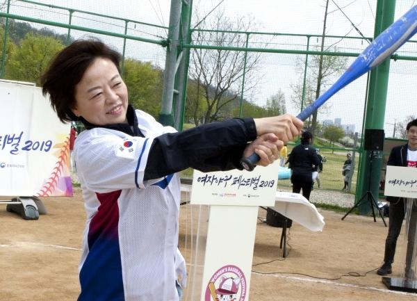 진선미 여성가족부 장관이 20일 서울 마포구 한강난지공원 야구장에서 열린 '2019 여자야구 페스티벌'의 참석해 시타연습을 하고 있다.