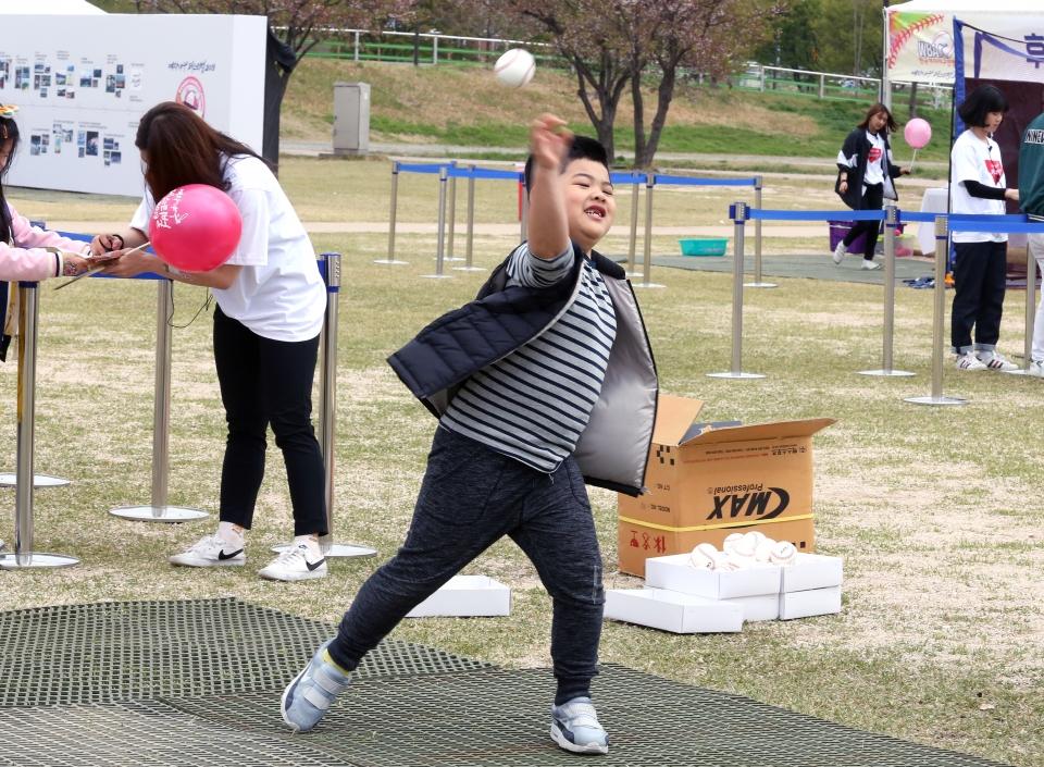 20일 서울 마포구 한강난지공원 야구장에서 열린 '2019 여자야구 페스티벌' 야구 체험존에서 아이들이 구속측정 체험을 하고 있다. ⓒ이정실 여성신문 사진기자