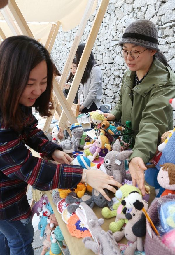 21일 서울 종로구 안국동 감고당길에 여성공예마켓 '감고당길 공예마켓'이 열려 시민들이 공예품들을 구경하고 있다.