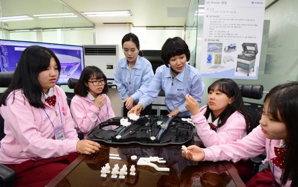 여성 비중이 낮은 산업기술 분야에 진출을 독려하기 위한 '케이-걸스데이' 행사에 참석한 여학생들이 3D 프린터에 대한 설명을 듣고 있다. ©뉴시스·여성신문