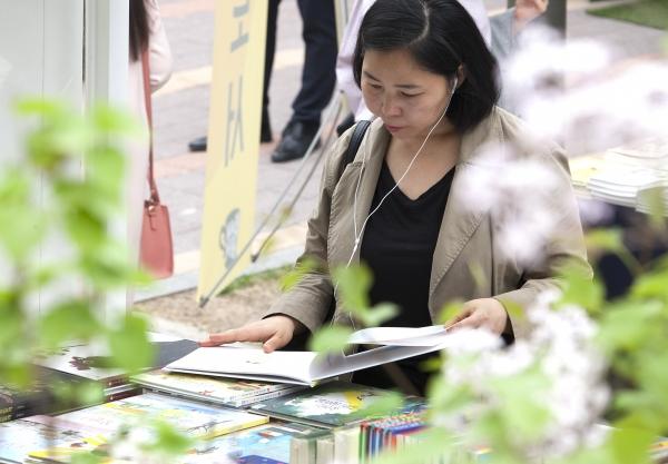 23일 서울 마포구 경의선책거리에서 '세계 책과 저작권의 날' 기념행사가 열려 시민들이 출판사 부스에 진열된 책들을 보고 있다.
