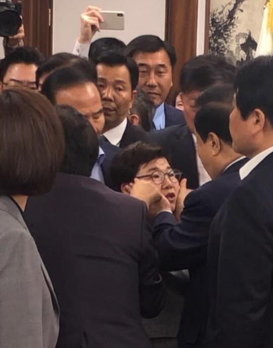 자유한국당이 24일 문희상 국회의장이 임이자 의원의 볼을 만져 성추행이라고 주장하고 있다.