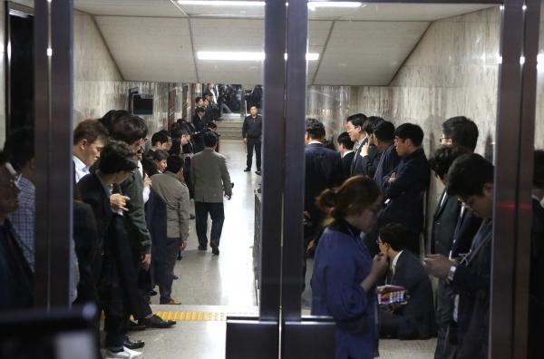 자유한국당 의원들과 당직자들이 국회 사법개혁특별위원회 회의실 앞을 점거하고 있다. ⓒ이정실 여성신문 사진기자